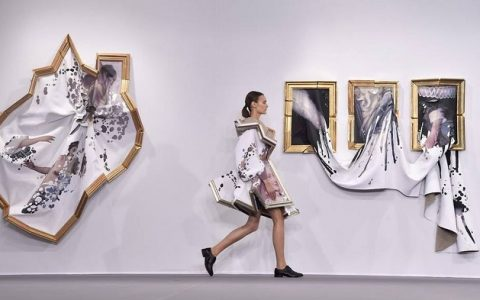 """Dutch fashion designers Viktor & Rolf transformed broken picture frames filled with fabric into haute-couture and fashionable dresses.""  Wearable portrait dresses designed by Viktor & Rolf Wearable portrait dresses designed by Viktor Rolf limited edition world i lobo you10 480x300"