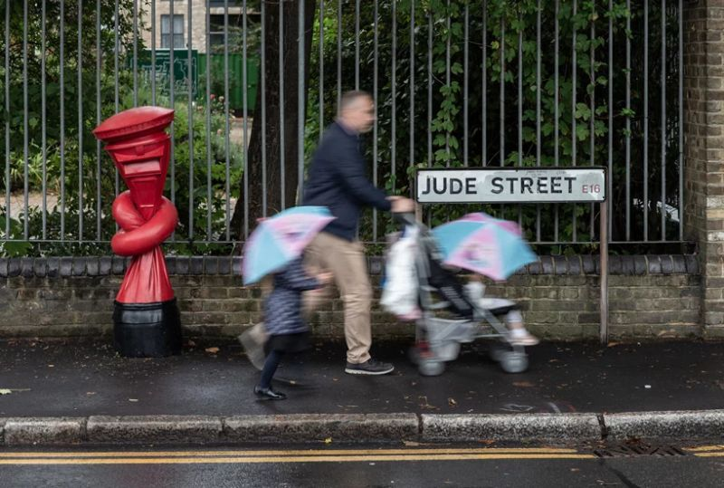 Alex Chinneck Installs 'Knotted' Post Boxes Across The UK alex chinneck Alex Chinneck Installs 'Knotted' Post Boxes Across The UK Chinneck Installs Knotted Post Boxes Across The UK 8