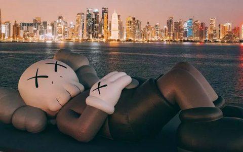 art sculpture KAWS Debuts Art Sculpture That Overlooks Doha's Skyline KAWS Debuts Sculpture That Overlooks Dohas Skyline feature 480x300